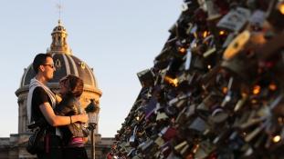 """Parisul arunca """"lacatul iubirii"""""""