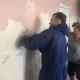 Și copiii muncesc la salvarea școlii din satul Aluatu, Moldova. Cine mai vrea să ajute?