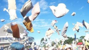 Bătaie cu perne în Plaza Catalunya – Pillow Fight BCN – Duminică
